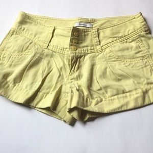 Express pale yellow pleated short shorts sz 6